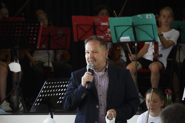 2. stellvertretende Bürgermeister, Christoph Davids,, begrüßt Musizierende und Publikum