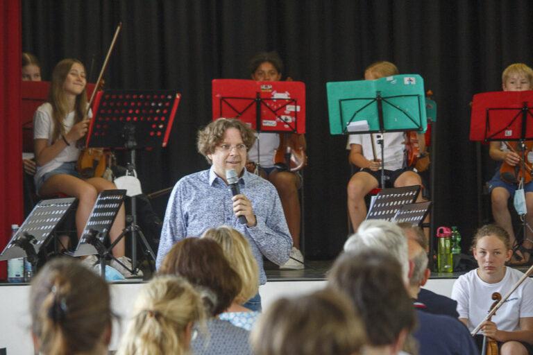 Musikschulleiter Matthias Lichtenfeld bei der Begrüßung