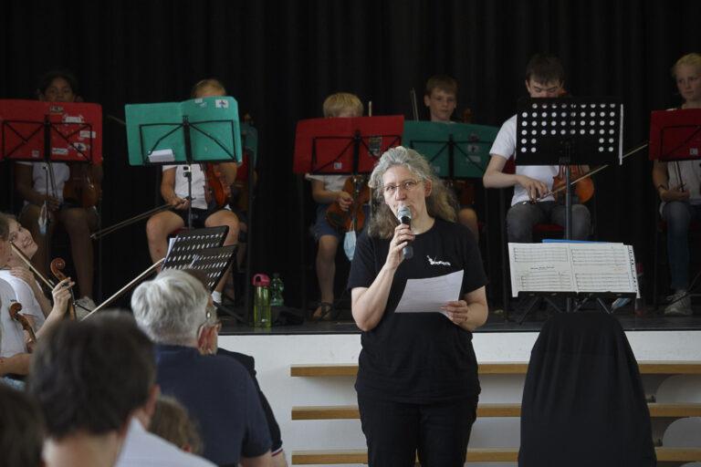 Dorothea Lindemann moderiert die Beiträge der Vororchester